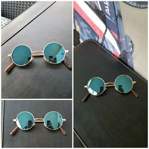 40b9309650e15 Accessories - These classic round sunglasses mirrored gold frame